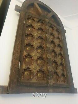 Cadre En Bois De Rajasthani Sculpté Vintage / Antique Fenêtre Avec Des Détails En Laiton