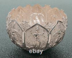 Old Indian Silver Repousse Bowl Avec Des Personnages De Danse Et Un Sol Texturé