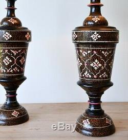 Une Paire De Laiton En Bois Peint Vintage Main Indian Hall Bed Side Lampes De Table