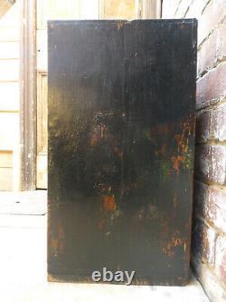 Vieille Peinture En Couches De Cabinet Indien Sur Bois Foncé Avec Des Panneaux En Métal Gaufré